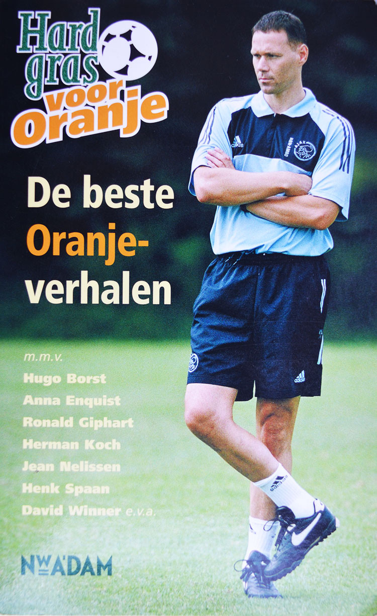 Hard Gras voor Oranje. Veel Hard gras-auteurs raakten geïnspireerd en schreven mooie verhalen over Nederlands elftal-spelers, -coaches, -tegenstanders en -wedstrijden. De mooiste zijn gebundeld in deze Hard gras voor Oranje. Met een verhaal van Ronald Giphart