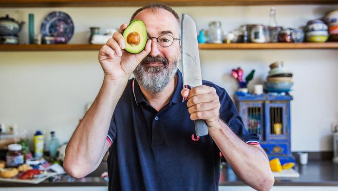 Vanaf zijn kookeiland bericht schrijver Ronald Giphart over koken in de breedste zin van het woord. 'Mijn rubriek is geslaagd als je inspiratie krijgt om de keuken in te gaan'.