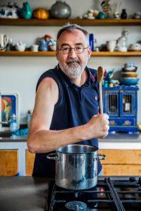 Ronald Giphart AD Algemeen Dagblad Ronald Giphart brengt een ode aan kok Michael die bijna zijn arm verloor