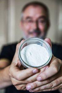 AD Algemeen Dagblad Ronald Giphart maakt gevulde tomaten met ei en bieslook